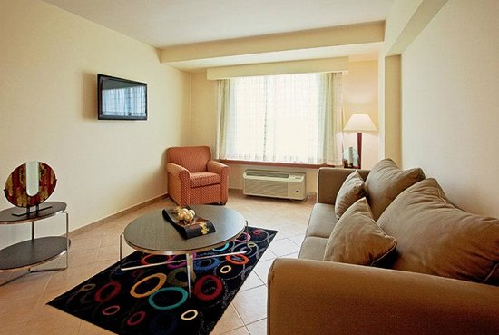 Holiday Inn Panama Canal: Suite Living Room Area