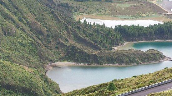 Lagoa do Fogo: vista dal lato antenne televisive