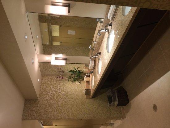 Holiday Inn Orlando – Disney Springs Area: Great clean lobby bathrooms