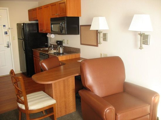 Candlewood Suites Knoxville Airport-Alcoa: Studio Suite with two Double Beds Kitchen and Desk Area