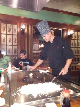 Sho Gun Japanese Bar & Grill: Our grill master