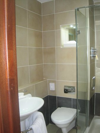Europa Hotel - Belfast : Tiny bathroom