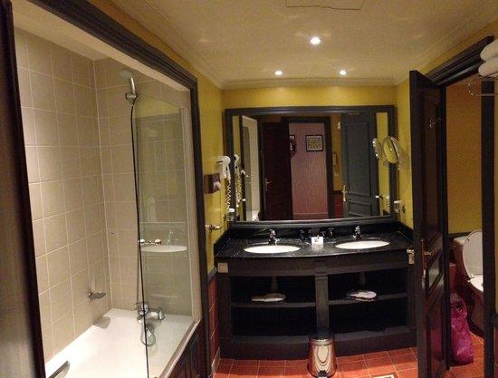 Hôtel Barrière Le Royal Deauville : Salle de bain