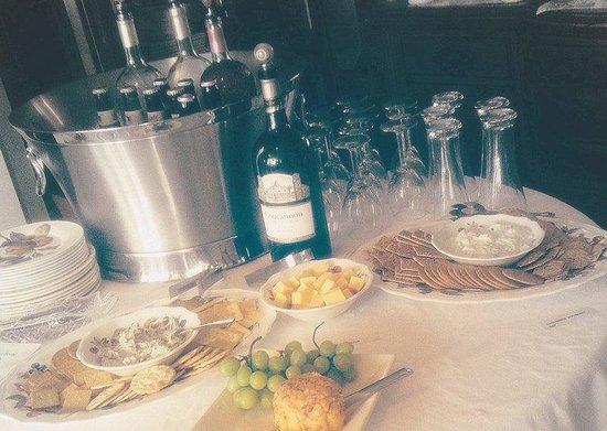Bayfront Westcott House Bed & Breakfast: Evening Social Hour