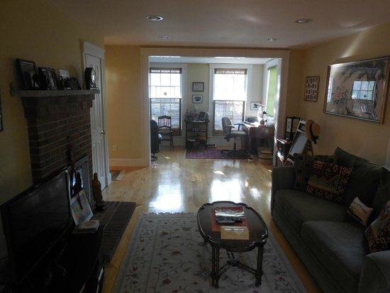 Cambridge Vacation Rental Rooms: Living room