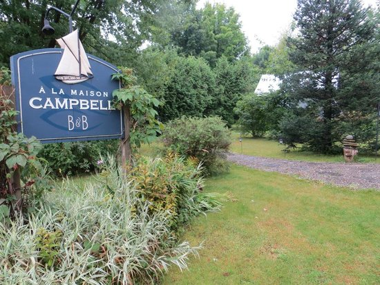 A la Maison Campbell B&B : side of property - out to parking