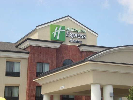 Holiday Inn Express & Suites Fairmont: Hotel Exterior