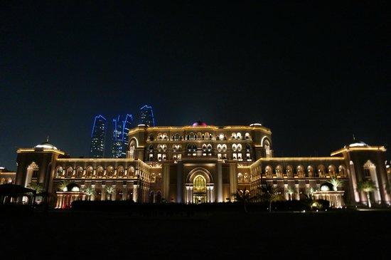 Emirates Palace: ビーチからのエミレーツ