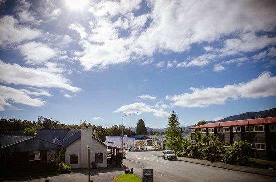 Sir Cedrics Fox Pod Hostel & Inn: 08 View on Fox Glacier Township