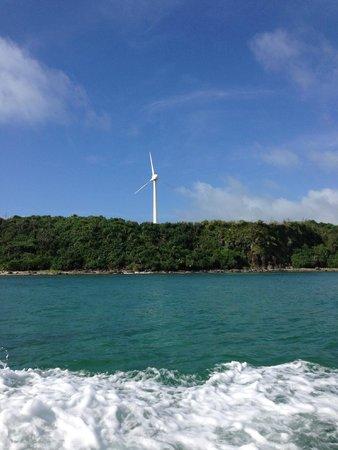 Ojima Island: はての浜に向かうボートから奥武島