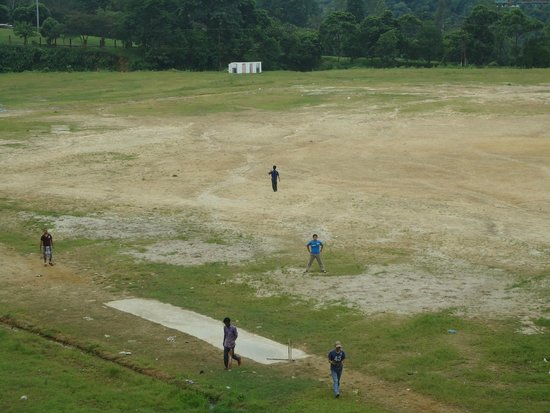 Itanagar, Индия: Early morning cricket game on the spacious grounds of the park.
