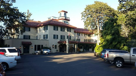 Columbia Gorge Hotel : Front of hotel