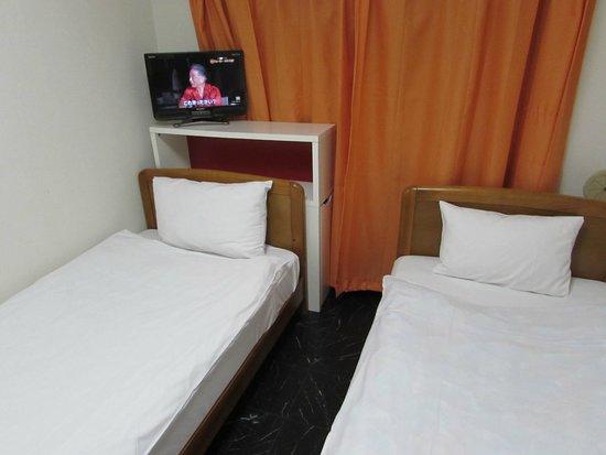 J residence Shinjuku: Kamar yang bersih namun kecil, clean room but small.