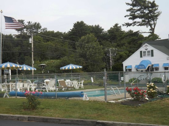 The Beaches Motel & Cottages: The Beaches pool and office