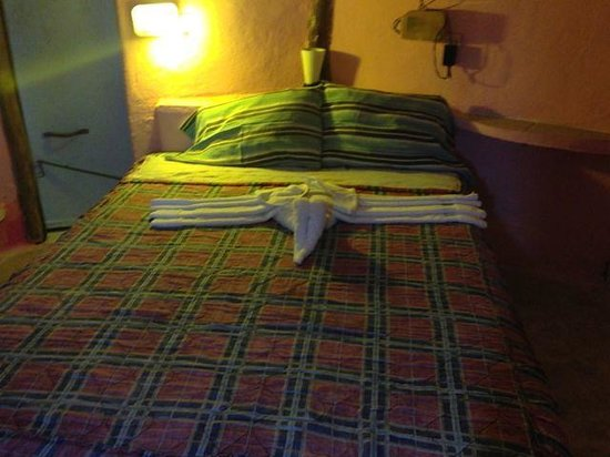 Acamaya Reef : Our bed - new towel animals every night