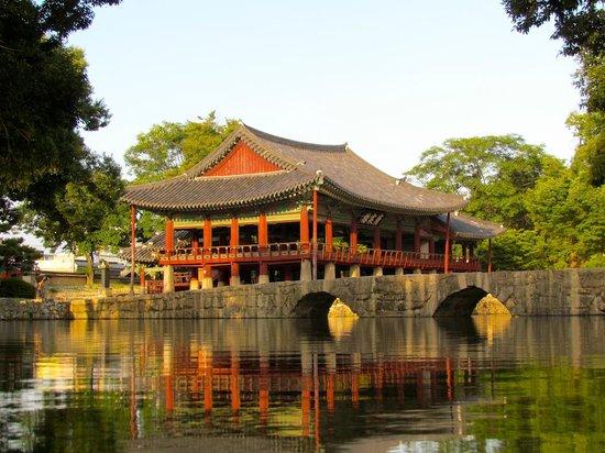 Pavillon Gwanghallu et pont Ojak au coucher du soleil