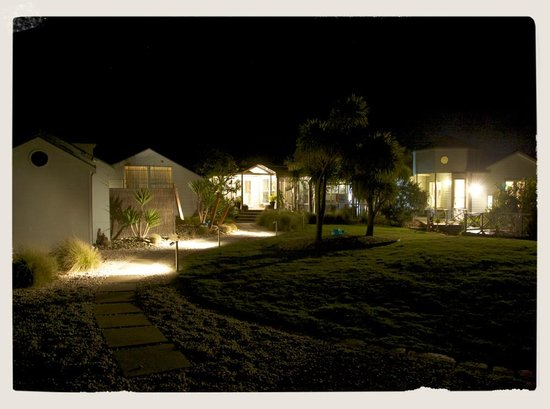 Clifftop Boutique Accommodation : Entrance by night