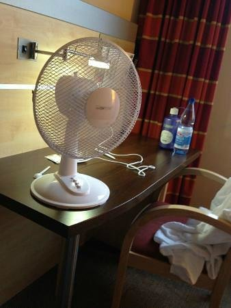 Holiday Inn Express Berlin City Centre-West: Warm,stuffy,small room with deplorable customer service standard!