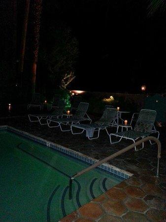 Villa Rosa Inn: Pool at night