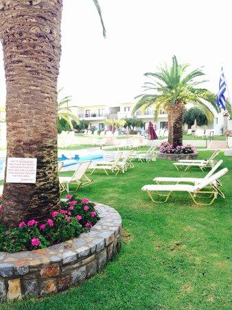 Kristalli Hotel Apartments : Linda área da piscina e do café da manhã!!