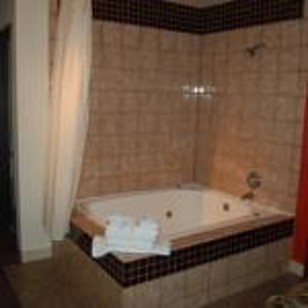 Americas Best Value Inn & Suites - Fort Collins East / I-25: King Jacuzzi