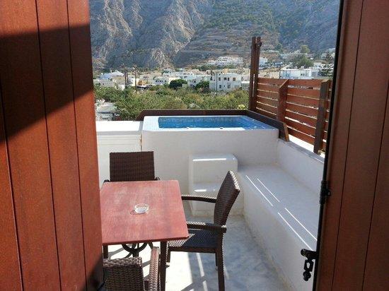 Black Sand Hotel Apartments: Eigen yacuzi op balkon met mooi uitzicht