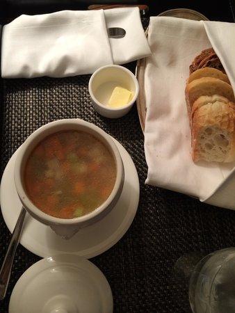 Four Seasons Hotel Vancouver: これがチキンヌードルスープです。美味しい!