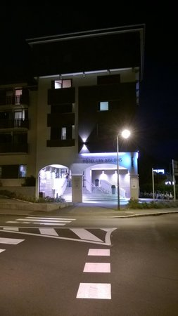 Le Refuge des Aiglons: At Night