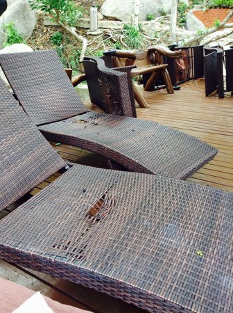 Dusit Buncha Resort: All the lounge chairs are in tatters.  Junky!