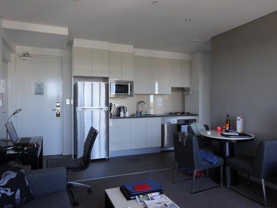 room picture of meriton suites adelaide street brisbane. Black Bedroom Furniture Sets. Home Design Ideas