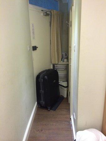 Central Hotel: Coulis minuscule. Chambre en sous sol au dessus du métro...