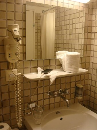 X-TRA Hotel: Ванная комната (справа - душевая)