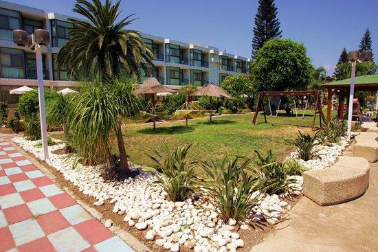 Ron Beach Hotel: Hotel garden