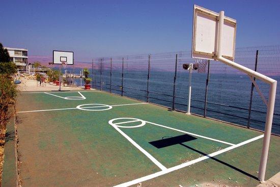 Ron Beach Hotel: Basketball court