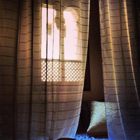 Riad d'Or: Light, romantic curtains that surrounded the bed