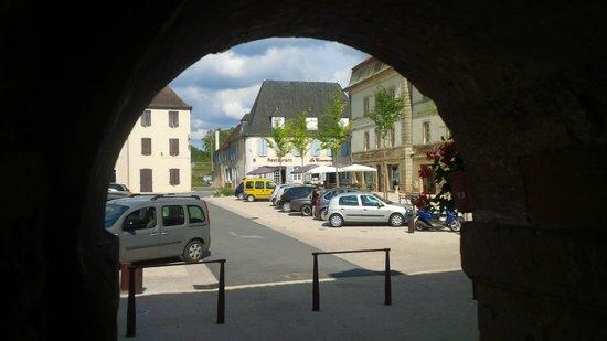 Logis le Commerce : Hotel across square