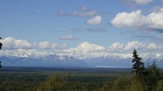 Traleika Mountaintop Cabins: View of Mt. McKinley from back porch, Denali Guesthouse