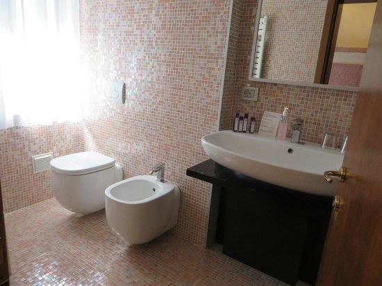Hotel Abbazia: spacious bathroom