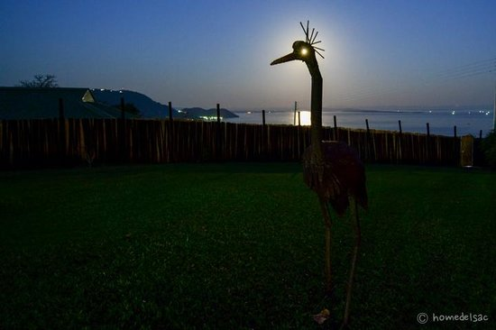 Hornbill Lodge: Full moon through one of the sculptures in the garden