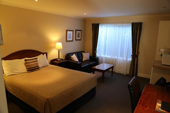 Ashmont Motor Inn & Apartments: Room includes a comfy settee