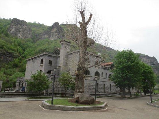 Tufenkian Avan Dzoraget Hotel: Aussenansicht vom Parkplatz
