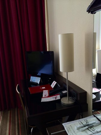 Leonardo Hotel Antwerpen: Zimmer, TV