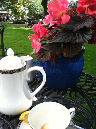 Old Ground Hotel: Tea in the courtyard