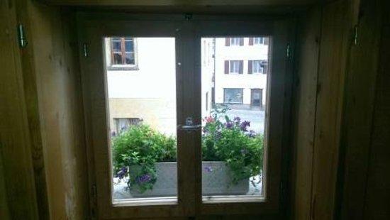 eckfenster die bergperle romantische zimmeraussicht aus einem rolladen