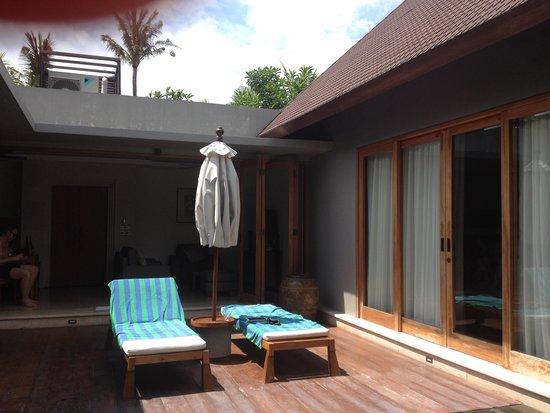 KoenoKoeni Villa: Looking in to villa