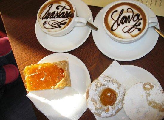 Tosca Cafe: Один  из лучшых кофе в Вероне!!! И большой выбор вкуснейших пирожных к нему!
