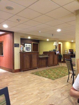 Hampton Inn Winchester: Lobby/front desk.