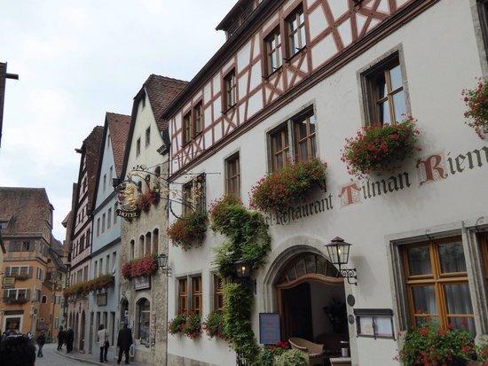 Altstadt: 木組みと花で本当に可愛らしい街並みです。