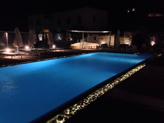 Naoussa Hills Boutique Resort: Pool at night