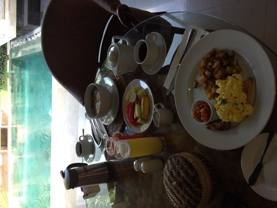 Disini Luxury Spa Villas : Breakfast and pool